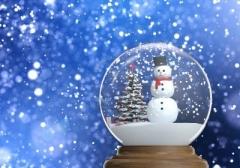 15558250-snowglobe-con-pupazzo-di-neve-e-albero-di-natale-all-39-interno-di-un-blu-spazio-nevoso-sfondo-sfoca.jpg
